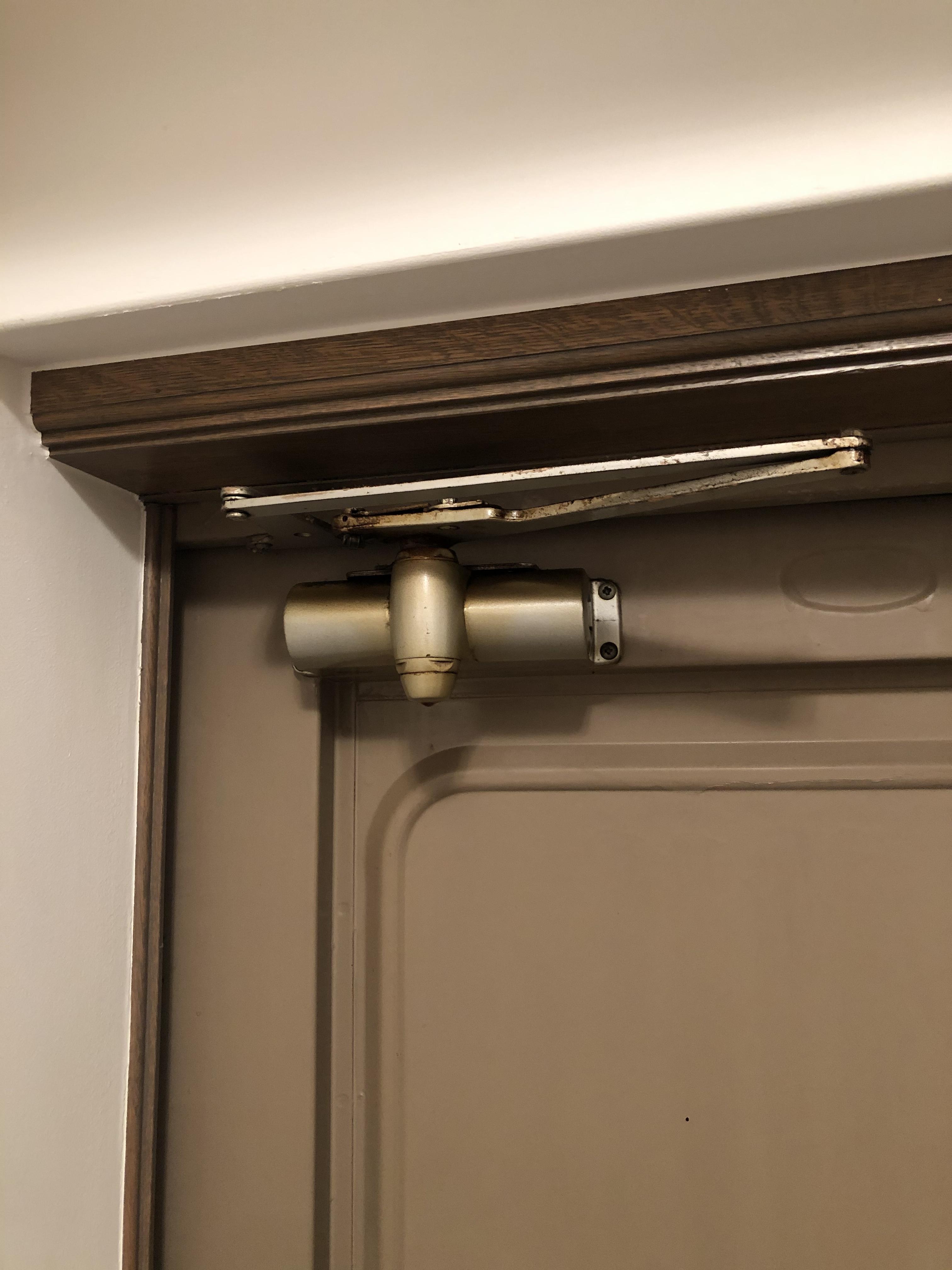 玄関ドアのドアクローザー交換で開閉&異音改善
